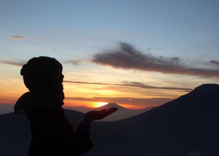 Pemandangan Indah dari Gunung Prau di Malam Hari
